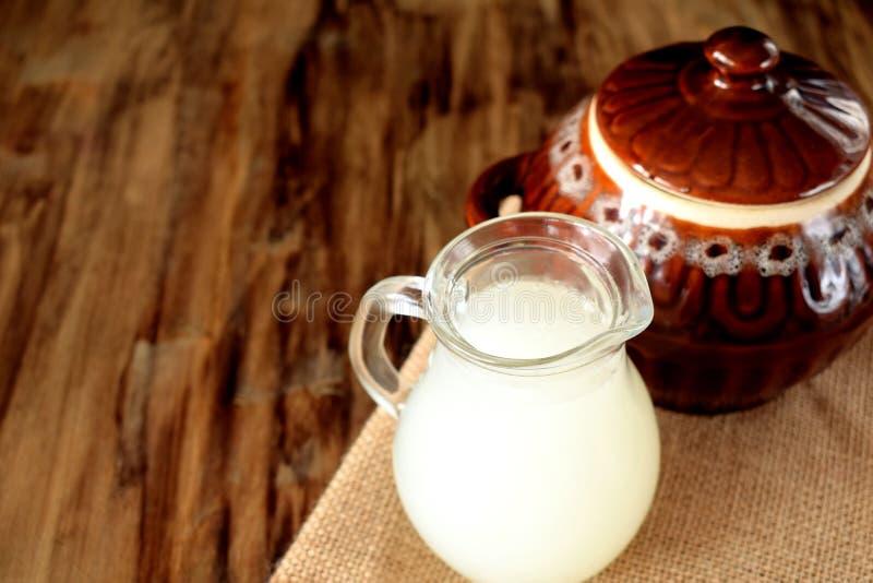 Mjölka vassla i en glass tillbringare royaltyfri fotografi
