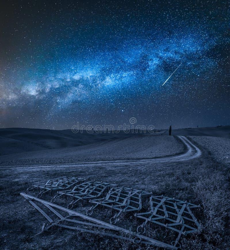 Mjölkaktig väg över harv på ett brunt fält i Tuscany fotografering för bildbyråer