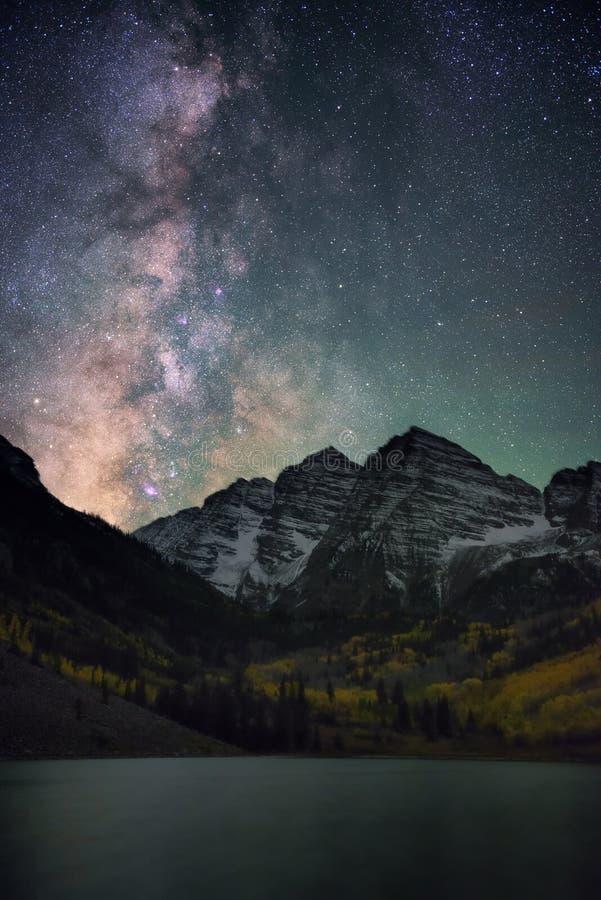 Mjölkaktig väg över rödbruna Klockor Colorado, nedgång royaltyfria bilder