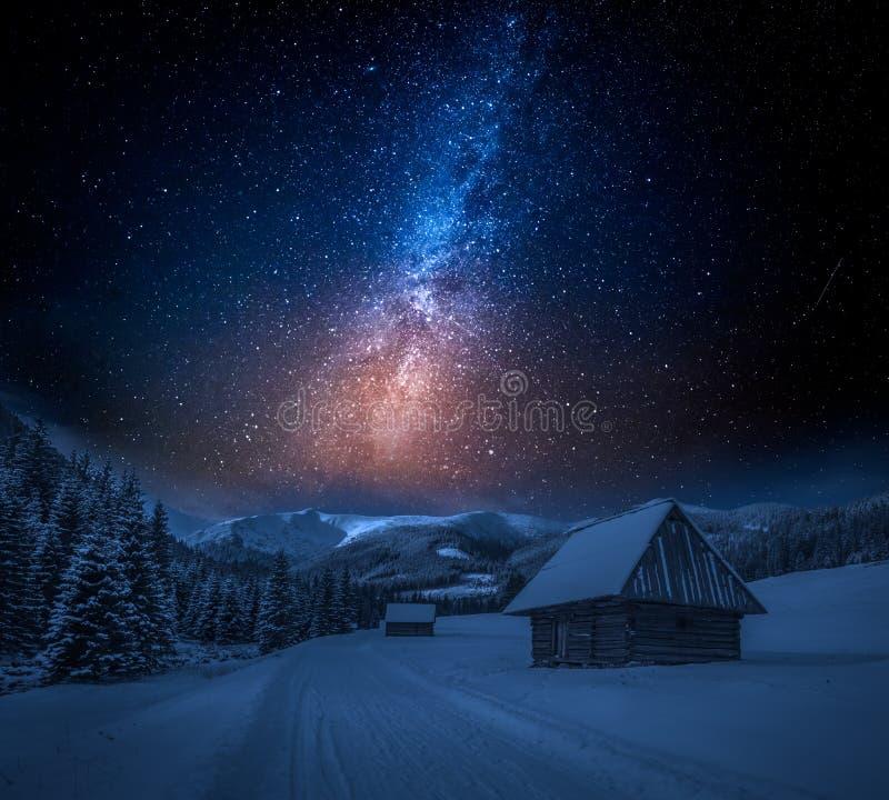 Mjölkaktig väg och snöig vandringsled på natten i Tatra berg royaltyfri bild