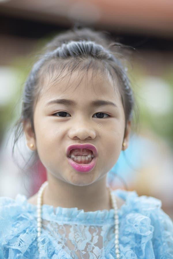 Mjölkar den övre framsidan för slutet av sex år gammal asiatisk barnförlust tanden royaltyfri foto
