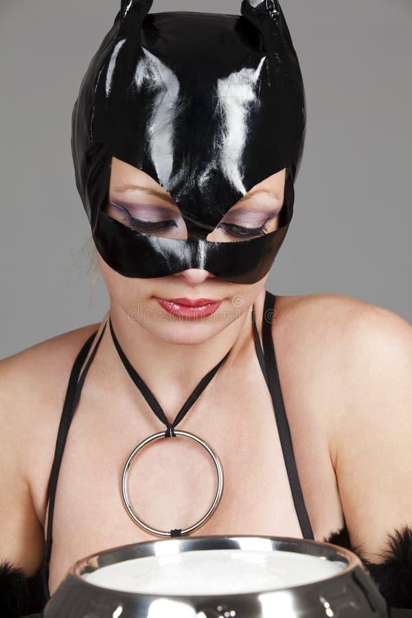 mjölkar den dricka latexen för kattdräkten model white royaltyfri fotografi