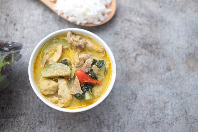 Mjölkar den krämiga kokosnöten för grön curry med höna royaltyfria bilder