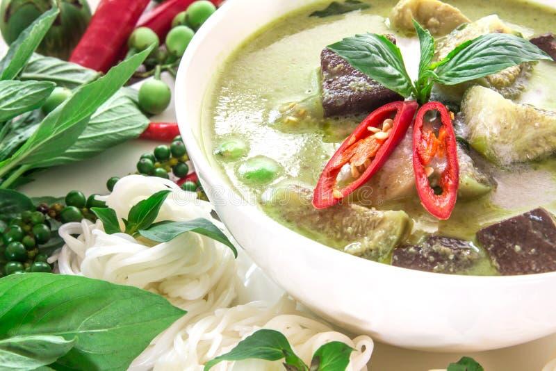 Mjölkar den krämiga kokosnöten för grön curry med höna, populär thailändsk mat arkivbild