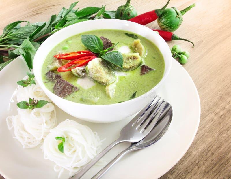 Mjölkar den krämiga kokosnöten för grön curry med höna, populär thailändsk mat arkivbilder