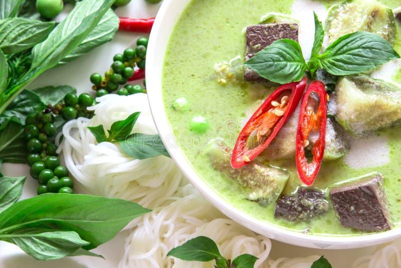 Mjölkar den krämiga kokosnöten för grön curry med höna, populär thailändsk mat royaltyfria foton