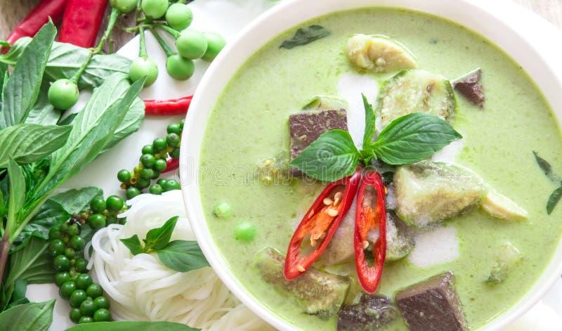 Mjölkar den krämiga kokosnöten för grön curry med höna, populär thailändsk mat royaltyfri foto