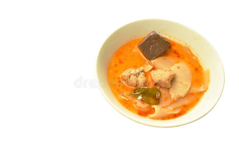 Mjölkar den kryddiga kokta skivan gravade bambuforsen med höna och blod i kokosnöt currysoppa på bunken fotografering för bildbyråer