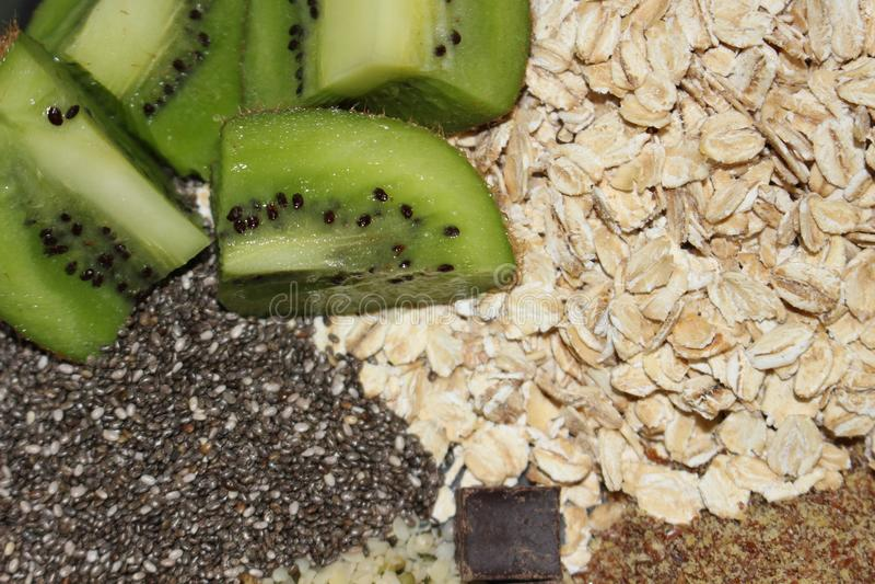 Mjölkar den sunda frukosten för över natten havre för tillfogas arkivbild