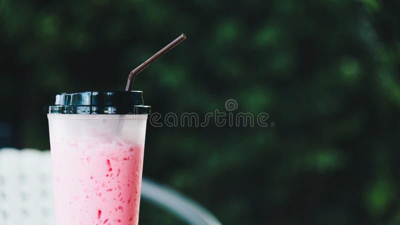 Mjölkar med is rosa sött för thailändsk stil i coffee shop arkivfoto