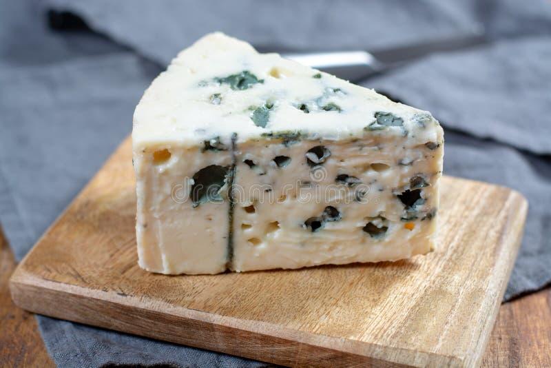 Mjölkar mjuk fransk ost för roquefort som göras från får, på söder av Frankrike, en av världen \ 'de bästa bekanta ädelostarna fö royaltyfri fotografi