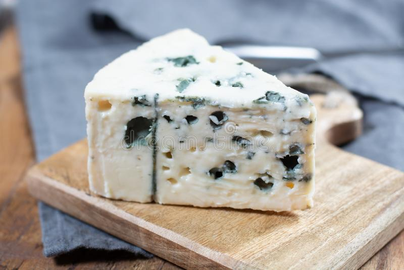 Mjölkar mjuk fransk ost för roquefort som göras från får, på söder av Frankrike, en av världen \ 'de bästa bekanta ädelostarna fö arkivbilder