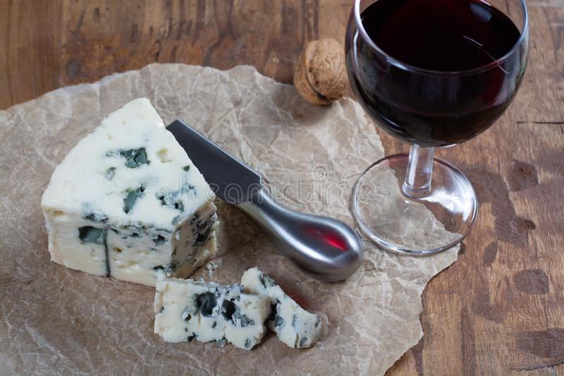 Mjölkar mjuk fransk ost för roquefort som göras från får, på söder av Frankrike, en av världens bästa bekanta ädelostar med den b arkivfoto