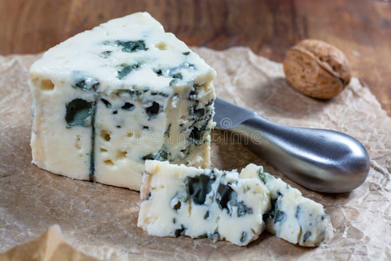 Mjölkar mjuk fransk ost för roquefort som göras från får, på söder av Frankrike, en av världens bästa bekanta ädelostar med den b arkivbilder