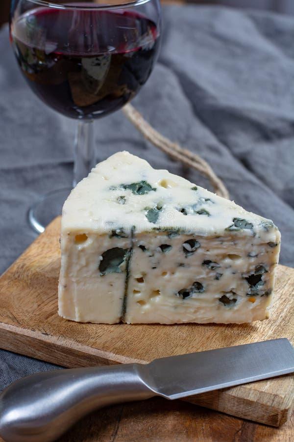 Mjölkar mjuk fransk ost för roquefort som göras från får, på söder av Frankrike, en av världens bästa bekanta ädelostar med den b royaltyfri foto