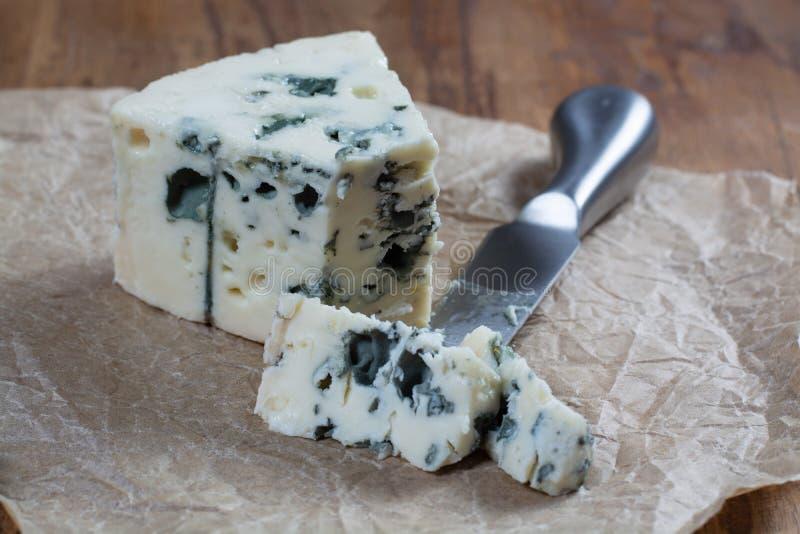 Mjölkar mjuk fransk ost för roquefort som göras från får, på söder av Frankrike, en av världens bästa bekanta ädelostar med den b royaltyfria foton