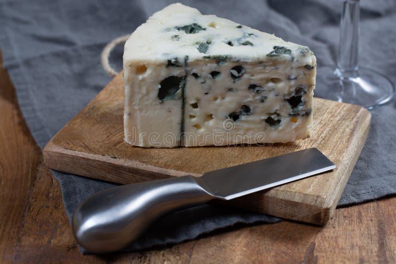 Mjölkar mjuk fransk ost för roquefort som göras från får, på söder av Frankrike, en av världens bästa bekanta ädelostar med den b royaltyfri bild