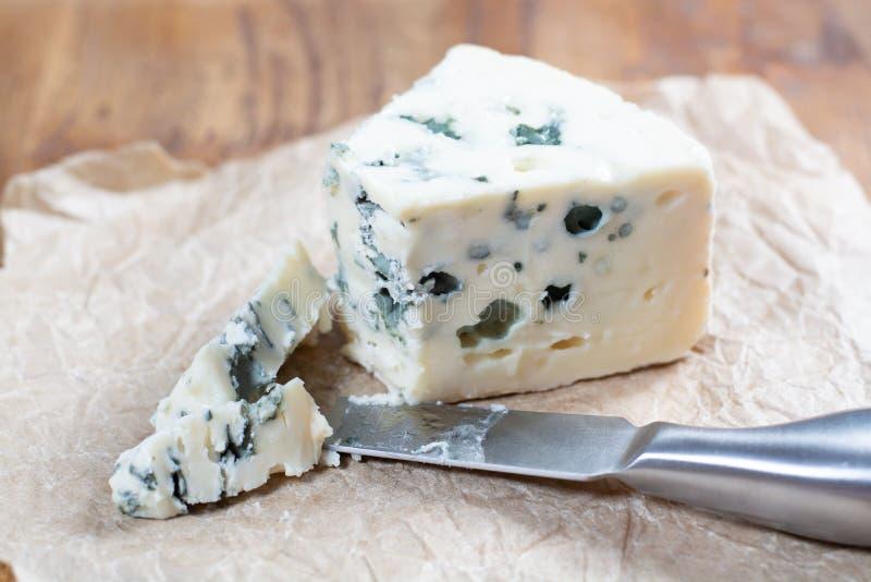 Mjölkar mjuk fransk ost för roquefort som göras från får, på söder av Frankrike, en av världens bästa bekanta ädelostar med den b royaltyfri fotografi