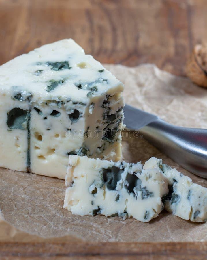 Mjölkar mjuk fransk ost för roquefort som göras från får, på söder av Frankrike, en av världens bästa bekanta ädelostar med den b fotografering för bildbyråer