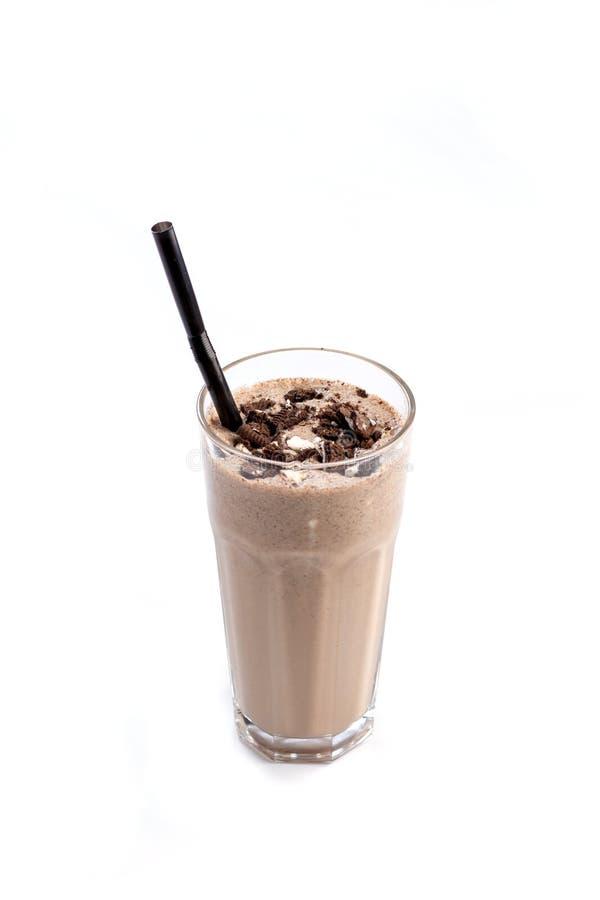 Mj?lka-choklad coctail i ett exponeringsglas med ett sugr?r som dekoreras med choklad p? en isolerad vit bakgrund royaltyfria foton