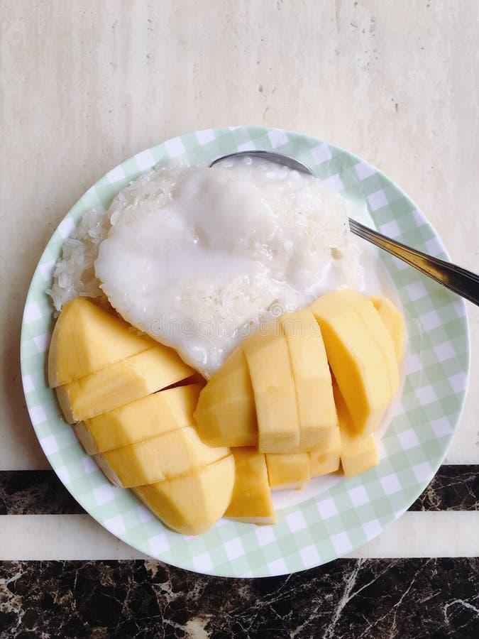 Mj?lkar klibbiga ris f?r mango med kokosn?ten arkivbild