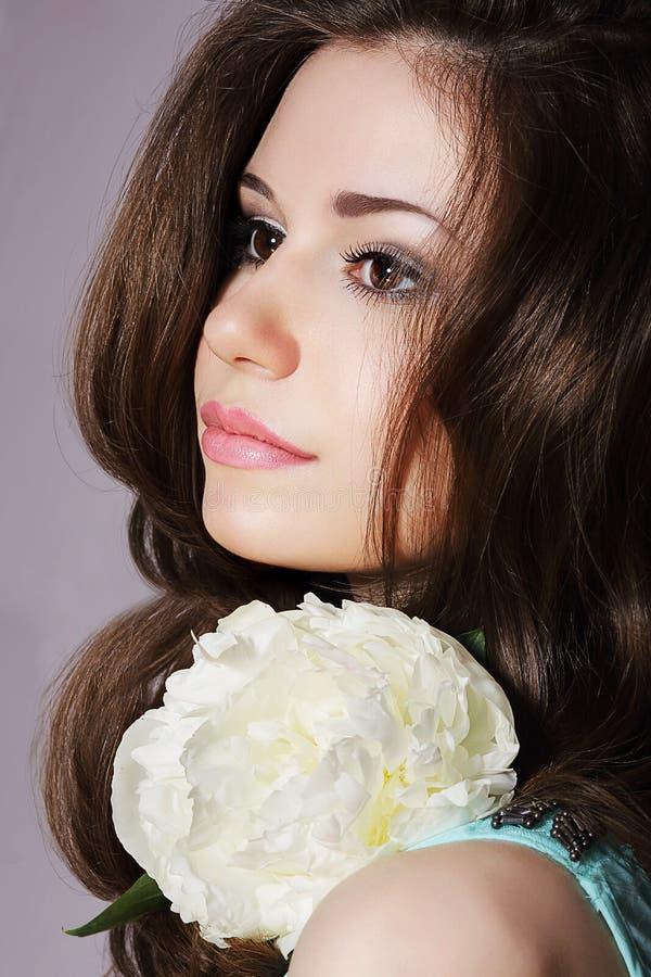 Mjuk dagdrömma flicka med den vita pioncloseupen royaltyfri fotografi