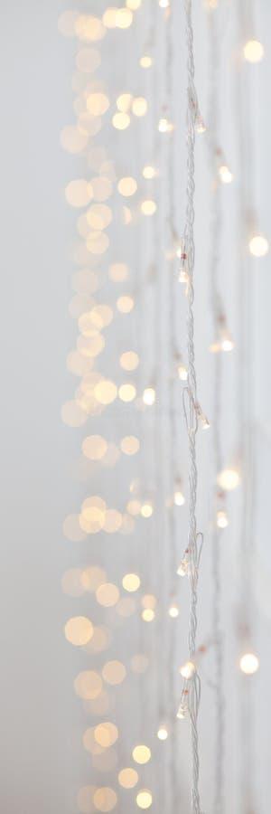 Mjuk färgrik bokehbakgrund Lysande girlander av elljus Wood vägg mörk natt festlig deltagare nytt år för jul royaltyfri foto
