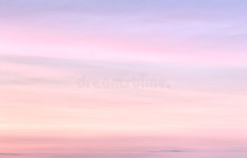 Mjuk färgrik lutning av himlen på den molnfria solnedgången fotografering för bildbyråer