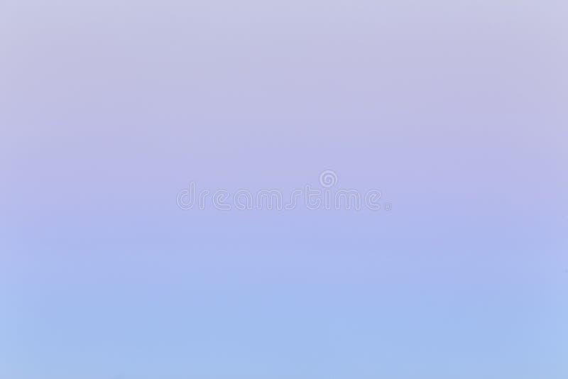 Mjuk färgrik lutning av himlen på den molnfria soluppgången tidigt på morgonen royaltyfria bilder