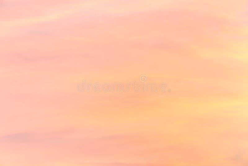 Mjuk färgrik lutning av himlen på den molnfria soluppgången tidigt på morgonen arkivbilder