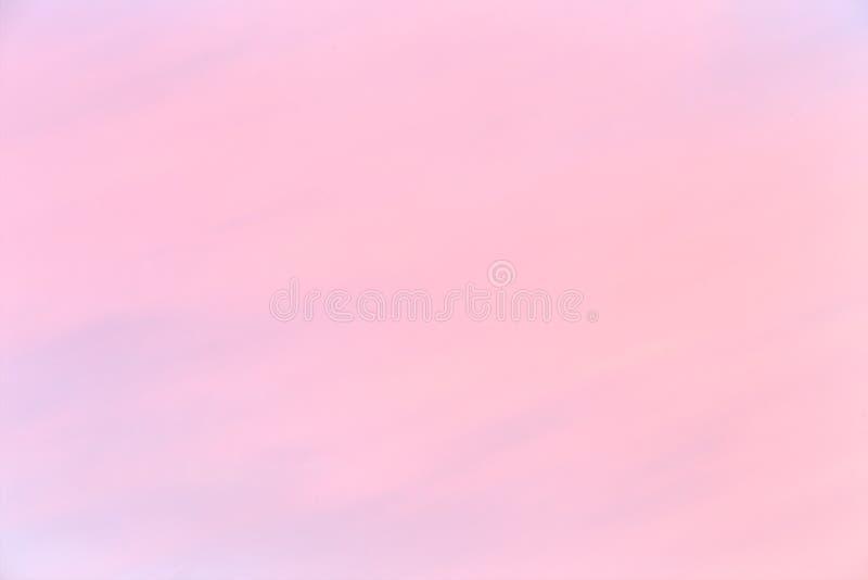Mjuk färgrik lutning av himlen på den molnfria soluppgången tidigt på morgonen royaltyfria foton