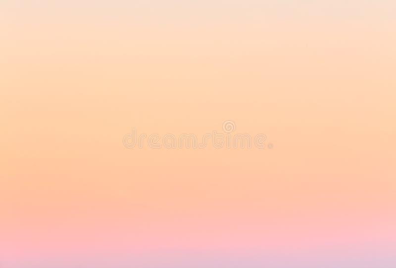 Mjuk färgrik lutning av himlen på den molnfria soluppgången tidigt på morgonen royaltyfri fotografi