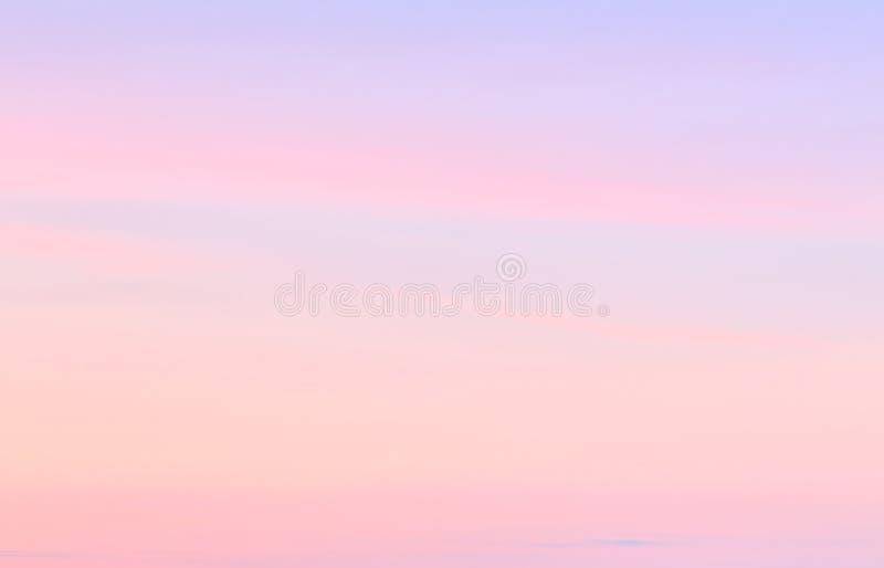 Mjuk färgrik lutning av himlen på den molnfria sommarsolnedgången royaltyfria foton
