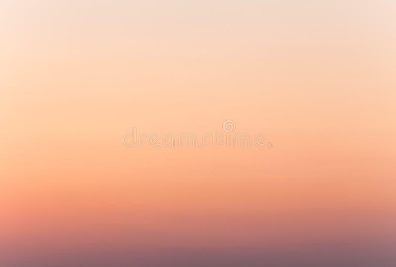 Mjuk färgrik lutning av himlen på den molnfria sommarsoluppgången tidigt på morgonen fotografering för bildbyråer