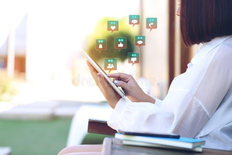 Mjuk fokus av apparaten för minnestavla för kvinnahandinnehav den smarta med hologr royaltyfri bild