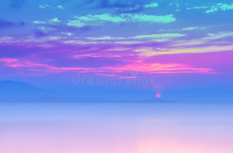 Mjuk fokussolnedgång på havet med lilor, violett färgfilter fotografering för bildbyråer