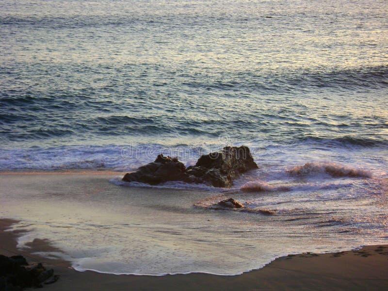 Mjuk frodig strand stora Sur Kalifornien för rosa färgvattensolnedgång arkivbilder
