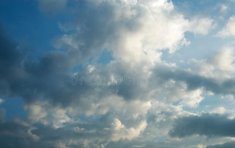 Mjuk, grumlig blå himmel i himlen arkivbilder