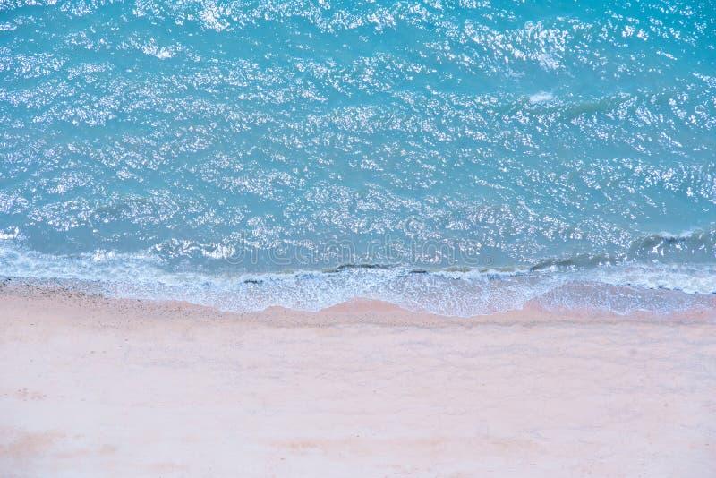 Mjuk härlig havvåg på den sandiga stranden, bästa sikt arkivbilder