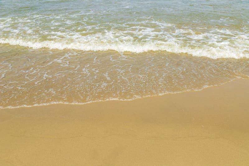 Mjuk h?rlig havv?g p? den sandiga stranden arkivfoton