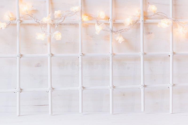 Mjuk hem- dekor för jul med ljus som bränner på en vit träbakgrund royaltyfria foton