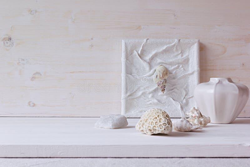Mjuk hem- dekor; skal och koraller på vit träbakgrund royaltyfria bilder