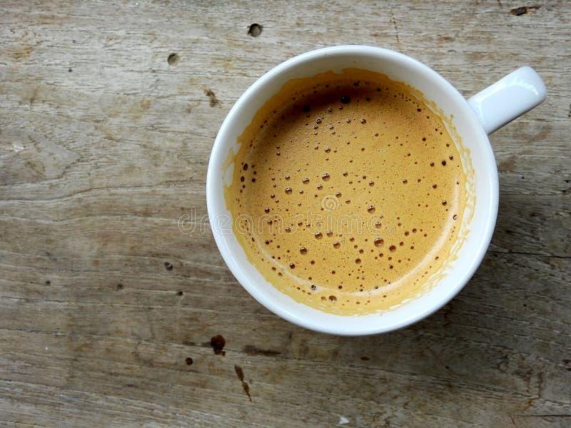 Mjuk kaffebrygd på kaffeyttersida i kopp för vitt kaffe arkivfoto