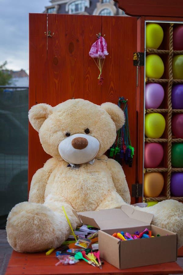 Mjuk leksak för björn på en trätabell fotografering för bildbyråer