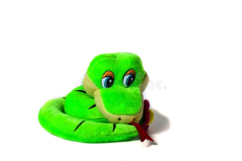 Mjuk leksakssmal, grön, strimlad, leende orm isolerad på vit bakgrund arkivfoto