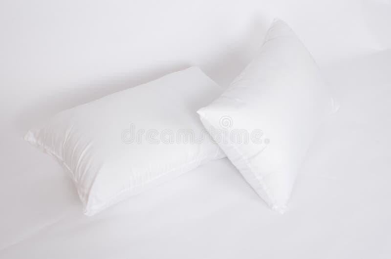 Mjuk och hygienkudde som är stor för ditt sovrum som isoleras på vit arkivfoto