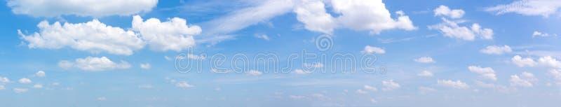 Mjuk och klar blå himmel för panorama och mjuka vita moln på dagtid för bakgrund royaltyfri foto