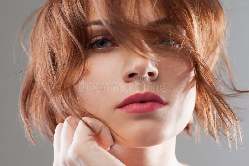 Mjuk skönhet för kvinnlig idérikt mode royaltyfri fotografi
