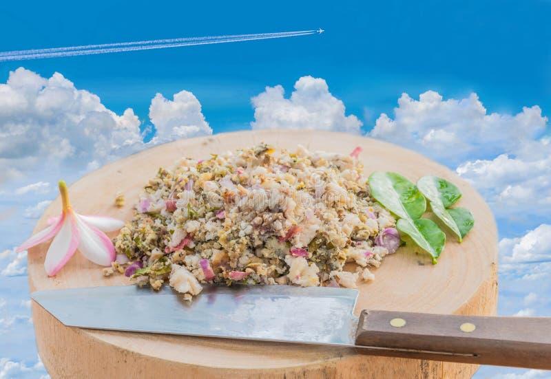 Mjuk suddig och mjuk fokus av rå larb för nytt kött, Spicymeat med det härliga himmelmolnet, mat för Thailand stillokal royaltyfri foto