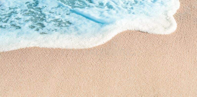 Mjuk våg av det blåa havet i sommar Sandy Sea Beach Background w royaltyfri fotografi